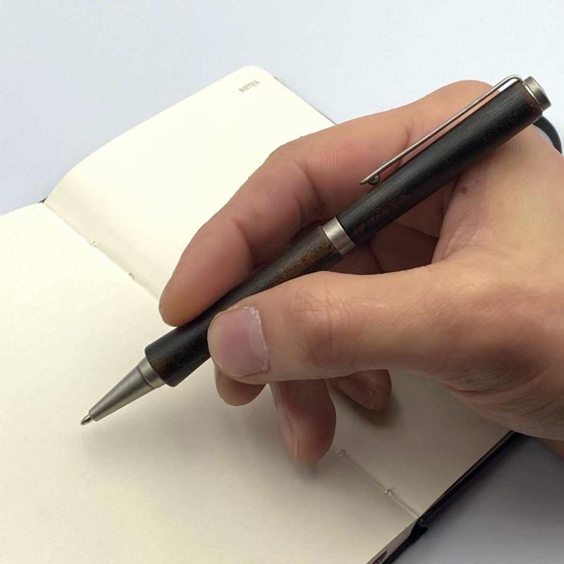漆ペンを持つ